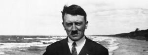 circa 1921: German dictator Adolf Hitler (1889 - 1945) on board a ferry in the Baltic Sea. (Photo by Keystone/Getty Images) Der spätere Diktator Adolf Hitler steht um 1921 auf einer Fähre über die Ostsee.